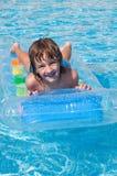 Kind in zwembad Stock Foto's