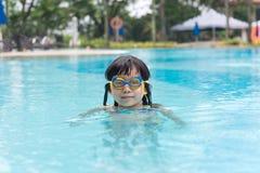 Kind in zwembad Stock Fotografie
