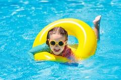 Kind in zwembad De jonge geitjes zwemmen Waterspel royalty-vrije stock afbeelding