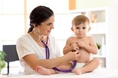 Kindalgemeen medisch onderzoek stock afbeelding