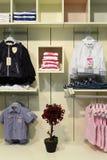 KindBekleidungsgeschäft Stockfoto