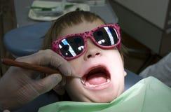 Kindbesuch am Zahnarzt lizenzfreie stockbilder