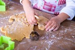 Kindchef-kok die het deeg voorbereiden De handen van de chef-kok van het close-upmeisje met deeg en bloem, voedsel die proces voo stock afbeeldingen