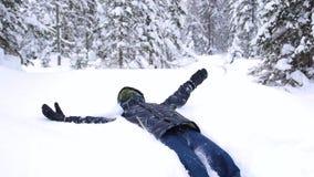 Kinddalingen in de sneeuw in langzame motie Actieve sporten in openlucht De winter zonnige dag stock video