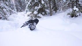 Kinddalingen in de sneeuw in langzame motie Actieve sporten in openlucht De winter zonnige dag stock footage