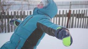 Kinddalingen van de sneeuw, slow-motion effect Sporten in openlucht Actieve levensstijl stock videobeelden