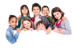Kinder über weißem Brett Stockfoto