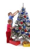 Kinder über Weihnachtsbaum lizenzfreie stockbilder