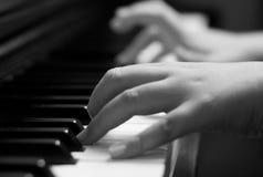 Kinder übergeben auf Klavierschlüssel Lizenzfreies Stockbild