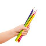Kinder übergeben das Anhalten weniger Bleistifte. Stockbild