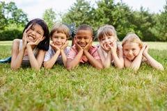 Kinder als Freunde an der Wiese stockfotografie