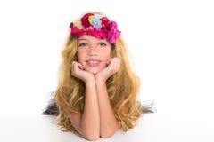 Kinder arbeiten blondes Mädchen mit Frühlingsblumen um Lizenzfreies Stockfoto