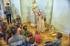 Kinder auf Ausflug im Nationalmuseum der russischen Kunst lizenzfreies stockbild