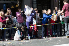 Kinder auf Bürgersteigswartekaramelen Lizenzfreie Stockbilder