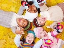 Kinder auf Blättern Stockfoto