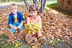 Kinder auf dem Boden Stockfotografie