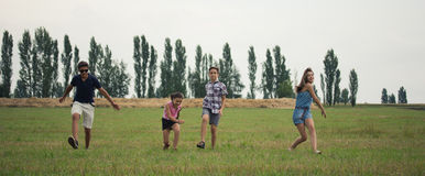 Kinder auf dem feeld Stockfotografie