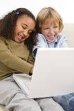 Kinder auf dem Internet Stockfotografie