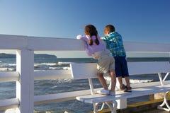 Kinder auf dem Pier Lizenzfreies Stockfoto