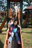 Kinder auf dem Plättchen Stockbild