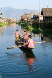 Kinder auf dem Rudern eines Bootes am Dorf von Maing Thauk stockbilder