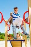 Kinder auf dem Spielplatz Lizenzfreies Stockbild