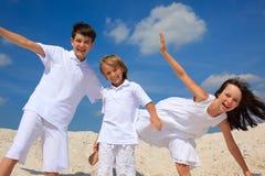 Kinder auf dem Strand stockbild