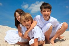 Kinder auf dem Strand lizenzfreie stockbilder