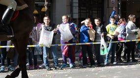Kinder auf den Bürgersteigswartekaramelen Lizenzfreie Stockbilder