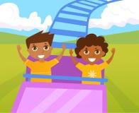 Kinder auf der Achterbahn Stockfotografie