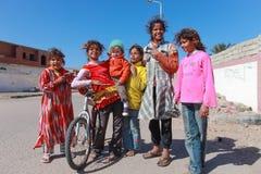 Kinder auf der Straße Stockbilder