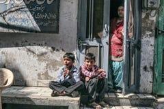 Kinder auf der Straße Stockbild
