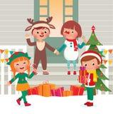 Kinder auf der Türstufe in den Weihnachtskostümen Lizenzfreies Stockfoto