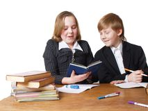 Kinder auf der Tabelle Stockbilder