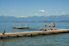 Kinder auf Dock, Flachkopfsee, Montana Stockfoto