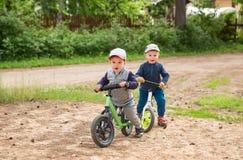 Kinder auf einem Balancenfahrrad lizenzfreie stockbilder