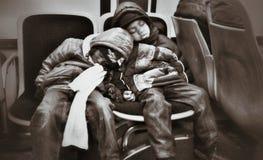 Kinder auf einem Bus Stockfotos