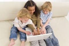 Kinder auf einem Computer Stockfotos