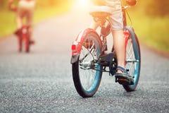 Kinder auf einem Fahrrad Lizenzfreie Stockbilder