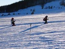 Kinder auf einem Skiaufzug Stockfotos