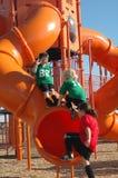 Kinder auf einem Spielplatz Stockfotografie