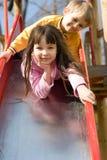 Kinder auf einem Spielplatz Stockfotos