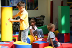 Kinder auf einem Spielplatz Lizenzfreie Stockbilder