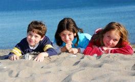 Kinder auf einem Strand Stockbilder