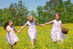 Kinder auf einer Ostereijagd Stockfoto