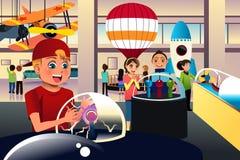 Kinder auf einer Reise zu einer Wissenschaft zentrieren Stockfoto
