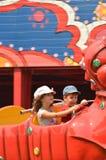 Kinder auf einer Sommerzeit-Achterbahn-Fahrt Lizenzfreies Stockfoto