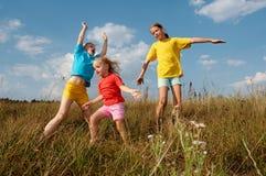 Kinder auf einer Wiese Lizenzfreie Stockfotografie