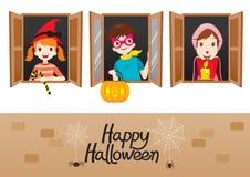 Kinder auf Fenster glückliches Halloween Lizenzfreies Stockfoto