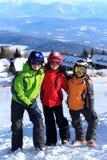 Kinder auf Gebirgssteigung im Schnee Lizenzfreies Stockbild